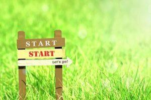 草原に「START」の立て板