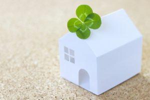ミニチュアの家と4つ葉のクローバー