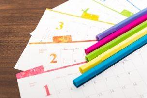 カレンダーと色鉛筆